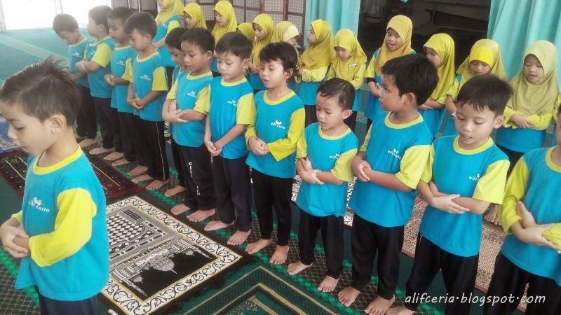 Performing solat sunat Tahiyatul Masjid